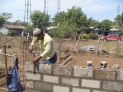 PADRES AYUDANDO EN LA CONSTUCCION